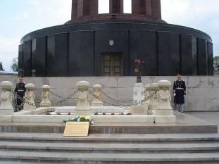 Mormântul Eroului Necunoscut - amplasat în faţa Mausoleului din Parcul Carol I - Bucureşti - foto preluat de pe ro.wikipedia.org