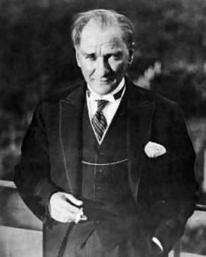 Mustafa Kemal Atatürk (n. 12 martie 1881 la Selânik, Imperiul Otoman, azi Salonic, în Grecia - d. 10 noiembrie 1938 , Istanbul), militar și politician turc, născut în Macedonia, fondatorul și primul președinte al Republicii Turcia, fiul lui Ali Riza (Efendi) și Zübeyde (Hanim) foto: ro.wikipedia.org