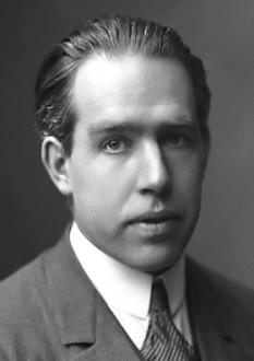 Niels Henrik David Bohr (n. 7 octombrie 1885, Copenhaga - d. 18 noiembrie 1962), fizician danez de origine evreiască (din partea mamei), care a avut contribuții esențiale la înțelegerea structurii atomice și a mecanicii cuantice - foto: ro.wikipedia.org