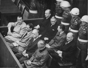 Procesul de la Nuremberg. În imagine: Göring, Heß, von Ribbentrop, Keitel, Dönitz, Raeder, von Schirach și Sauckel - foto: ro.wikipedia.org