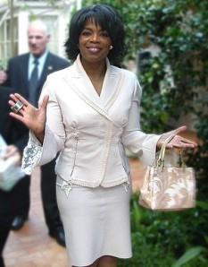 Oprah Gail Winfrey (29 ianuarie 1954), realizatoare de televiziune americană, cunoscută mai ales pentru serialul talk-show care îi poartă numele. În prezent, conform revistei Forbes, este cea mai bogată femeie de culoare din lume, averea personală fiindu-i cotată la 1,5 miliarde de dolari. A întreprins ample acțiuni filantropice și este considerată una dintre cele mai influente femei din lume - foto: ro.wikipedia.org