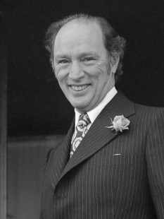 Joseph Philippe Pierre Yves Elliott Trudeau, (October 18, 1919 – September 28, 2000), usually known as Pierre Trudeau or Pierre Elliott Trudeau, was the 15th Prime Minister of Canada from April 20, 1968, to June 4, 1979, and again from March 3, 1980, to June 30, 1984 - foto ( Trudeau in 1975): en.wikipedia.org