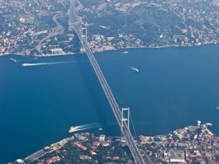 Podul Bosfor, de asemenea denumit Primul Pod peste Bosfor este unul dintre cele două poduri din Istanbul, Turcia, se întinde peste strâmtoarea Bosfor și, astfel, conectează Europa și Asia foto: ro.wikipedia.org