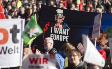 Demonstraţie masivă anti-TTIP în Berlin, 10 octombrie 2015 (Axel Schmidt/Getty Images) - foto: epochtimes-romania.com