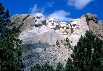 Monumentul Muntele Rushmore sau Monumentul național Muntele Rushmore, deseori doar Muntele Rushmore, aflat lângă orașul Keystone, statul South Dakota Dakota de Sud, este un monument memorial (în engleză United States Presidential Memorial) care prezintă sintetic primii 150 de ani din istoria Statelor Unite ale Americii prin intermediul unor sculpturi colosale, înfățișându-i pe primii președinți ai țării, George Washington (întâiul), Thomas Jefferson (al treilea), respectiv pe ulteriorii Abraham Lincoln (al șaisprezecelea) și Theodore Roosevelt (al douăzeci și șaselea)foto: ro.wikipedia.org