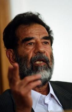 Sadam Husein (n. 28 aprilie 1937, satul Al-Awja, Irak; d. 30 decembrie 2006, Bagdad), președinte al Irakului în perioada 1979 - 2003 și prim-ministru al acestei țări între 1979 - 1991 și 1994 - 2003 - foto (Saddam Hussein judecat în 2004, la un an după ce a fost capturat): ro.wikipedia.org