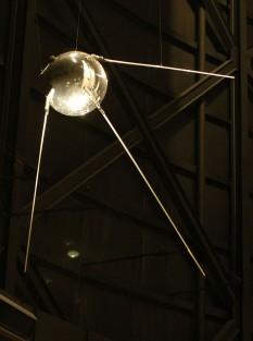 Sputnik 1 a fost primul satelit artificial care a orbitat în jurul Pământului, lansat de Uniunea Sovietică la data de 4 octombrie 1957, la 19h 29 min 34 s UTC și pus pe orbită la 19 h 33 min 48 s, de la Cosmodromul Baikonur, aflat în Kazahstan. Satelitul a fost plasat pe o orbită eliptică joasă. Lansarea lui Sputnik 1 a marcat începutul cuceririi spațiale - foto: ro.wikipedia.org
