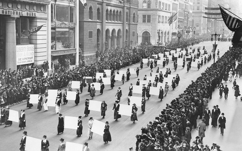 Women's suffragists parade in New York City in 1917, carrying placards with signatures of more than a million women - foto: en.wikipedia.org