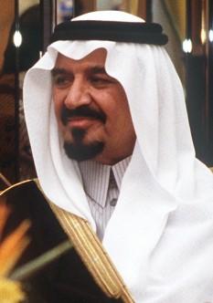 """Sultan bin Abdul Aziz Al Saud (n. 30 decembrie 1930 — d. 21 octombrie 2011), prințul moștenitor al Arabiei Saudite. El a îndeplinit funcțiile de viceprim-ministru și Ministru al Apărării și Aviației. Pentru Arabia Saudită, el a supravegheat miliarde de dolari din contracte de apărare cu firmele de apărare. În anii precedenți, a fost acuzat de corupție și poreclit de către criticii săi """"Sultanul hoților"""" - foto: ro.wikipedia.org"""