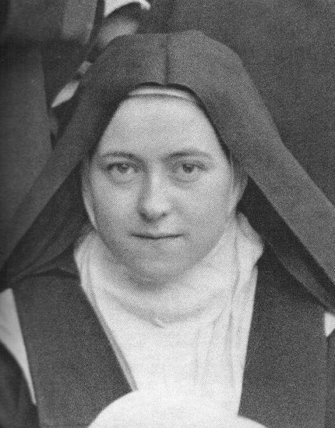 Tereza de Lisieux, în franceză Thérèse de Lisieux, cunoscută și drept Tereza cea Mică, pentru a o deosebi de Tereza de Ávila, (născută Thérèse Françoise Marie Martin, 2 ianuarie 1873, Alençon - d. 30 septembrie 1897, Lisieux), a fost o călugăriță catolică. A trăit în mănăstirea carmelitană din Lisieux. Este venerată ca sfântă în Biserica Catolică sub numele de Sf. Tereza a Pruncului Isus și a Sfintei Fețe și recunoscută ca Doctor al Bisericii - foto: en.wikipedia.org