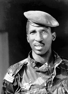 """Thomas Isidore Noël Sankara (n. 21 decembrie 1949 – d. 15 octombrie 1987) , revoluționar marxist, teoretician pan-africanist și președintele Burkinei Faso în perioada 1983 - 1987. Considerat o figură emblematică și carismatică a revoluției, el este portretizat în general ca un """"Che Guevara al Africii"""" - foto: ro.wikipedia.org"""