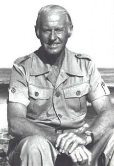Thor Heyerdahl (n. 6 octombrie 1914, Larvik, Norvegia – d. 18 aprilie 2002, Colla Micheri, Italia) a fost un etnograf cu formarea de biolog, și aventurier norvegian cu realizări științifice în zoologie și geografie. Heyerdahl a devenit celebru datorită Expediției Kon-Tiki în care a navigat 4.300 mile (aproximativ 7.000 km) din America de Sud până în Arhipelagul Tuamotu. A murit, la vârsta de 87 ani, în urma unei tumori cerebrale. Thor Heyerdahl a demonstrat de mic copil un interes deosebit față de zoologie. El a înființat un mic muzeu în casa părintească, având ca principală atracție o Viperă berus. Heyerdahl a lansat o ipoteză conform căreia populația din Polinezia nu provenea din Asia de Sud-est, așa cum se credea până atunci, ci din America. Ipoteza fiind primită cu răceală, Thor s-a decis să demonstreze că o călătorie din America de Sud era realizabilă cu mijloace primitive, această călătorie fiind descrisă în amănunt într-una din cărțile lui (Expediția Kon-Tiki) - foto: ro.wikipedia.org