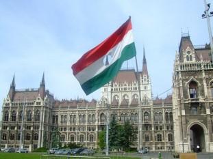 Drapel din 1956 în faţa clădirii Parlamentului din Ungaria - foto: ro.wikipedia.org