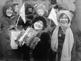 In 1913, in SUA, femeile desfasurau demonstratii pentru dreptul de vot universal in timp ce votul universal fusese introdus deja in Finanlda, pe cand in Rusia, era aleasa prima femeie membru parlamentar in alegerile parlamentare din 1907 foto: ro.wikipedia.org