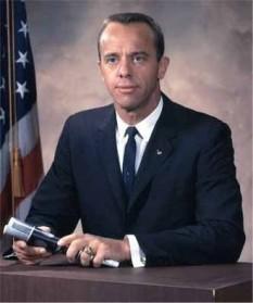 """Alan Bartlett """"Al"""" Shepard, Jr. (18 noiembrie 1923 – 21 iulie 1998), cel dintâi cosmonaut american, (Contraamiral, USN), ofițer și aviator naval, pilot de încercare, ulterior om de afaceri - foto: ro.wikipedia.org"""