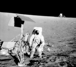 1969: Apollo 12 - astronauții americani Charles Conrad și Alan Bean aselenizeză în Oceanul Furtunilor și devin astfel a 3-a respectiv a 4-a persoană care pășește pe Lună - foto: ro.wikipedia.org