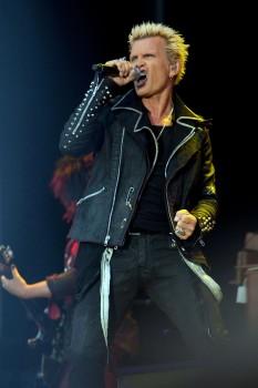 Billy Idol (născut William Michael Albert Broad în 30 noiembrie, 1955 în Middlesex, Anglia), muzician englez de hard rock - foto (Billy Idol, Peace And Love Festival 2012.): en.wikipedia.org