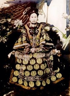 Împărăteasa văduvă Cixi (Tse Hsi, sau Tz'u-hsi, n. 29 noiembrie 1835, Peking – d. 15 noiembrie 1908), una dintre concubinele împăratului Xianfeng, dinastia Qing, și a fost cea mai influentă personalitate de la sfârșitul Chinei imperiale - foto: ro.wikipedia.org