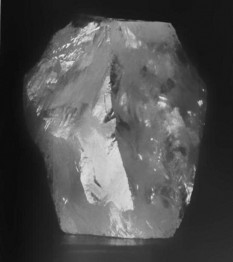 The Cullinan diamond is a non-carbonado and gem-quality diamond. At the time of its discovery in South Africa, the rough and unpolished original weighed 3106.75 carat (621.35 g, 1.37 lb).[3] About 10.5 cm (4.1 inches) long in its largest dimension, it was found on 26 January 1905, in the Premier No. 2 mine, near Pretoria, South Africa - foto: en.wikipedia.org