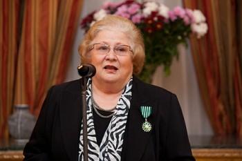 """Dorina Lazăr (n. 7 noiembrie 1940), actriță de teatru, televiziune, radio, voce și film - foto - Dorina Lazăr mulţumind după primirea decoraţiei """"Chevalier de l'Ordre des Arts et Lettres"""" (14 noiembrie 2012): ro.wikipedia.org"""