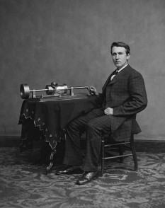 Thomas Edison si cea mai importantă invenţie a sa – fonograful - foto: cersipamantromanesc.wordpress.com