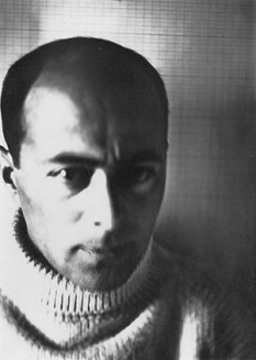Lazar Markovici Lisițki  (23 noiembrie 1890 – 30 decembrie 1941), mai bine cunoscut ca El Lissitzky, artist, designer, fotograf, profesor, arhitect și tipograf rus - foto (El Lissitzky într-un autoportret din 1914): ro.wikipedia.org