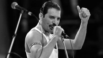Freddie Mercury (născut Farrokh Bulsara, Gujarati: n. 5 septembrie 1946; d. 24 noiembrie 1991), muzician, compozitor și textier britanic, cunoscut ca lider al formației britanice de muzică rock Queen - foto (Live Aid Concert - Wembley Stadium): univision.com