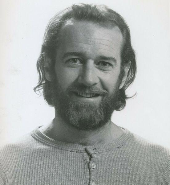 George Denis Patrick Carlin (n. 12 mai 1937 – d. 22 iunie 2008) a fost un actor de comedie și scriitor american, care a câștigat cinci premii Grammy pentru albumele sale de comedie - (Carlin in 1975) - foto preluat de pe en.wikipedia.org