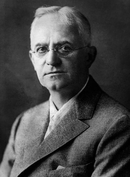 George Eastman (12 iulie 1854 - 14 martie 1932) s-a născut în orăşelul Waterville, statul New York, din confederaţia Statele Unite ale Americii. Este inventatorul suportului fotosensibil flexibil, pelicula de nitroceluloză, în anul 1884. Aceasta a făcut posibilă construcţia de aparate de fotografiat mai mici, uşoare, portabile. Fraţii Lumière folosesc această descoperire pentru invenţia lor, cinematograful, pelicula fiind elementul indinspensabil - foto preluat de pe ro.wikipedia.org