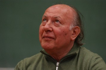 Imre Kertész (n. 9 noiembrie 1929, Budapesta), scriitor, romancier, jurnalist, traducător maghiar de religie iudaică, laureat al Premiului Nobel pentru Literatură pe anul 2002 - foto (Imre Kertész la Universitatea din Szeged în 2007): ro.wikipedia.org