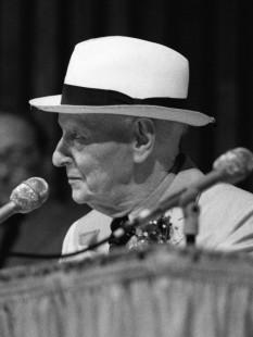Isaac Bashevis Singer (n. 21 noiembrie 1902, d. 24 iulie 1991), scriitor evreu american de limbă idiș, născut în Polonia, care a primit Premiului Nobel pentru Literatură în anul 1978 - foto (Isaac Bashevis Singer in 1988): en.wikipedia.org