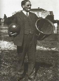 James A. Naismith, (n. 6 noiembrie 1861 – 28 noiembrie 1939), pedagog, medic, preot prezbiterian și antrenor canadian, inventatorul jocului de baschet, primul care a introdus casca de protecție în fotbalul american și primul antrenor care a ansamblat și condus o echipă de baschet formată din 5 (cinci) jucători - foto: ro.wikipedia.org