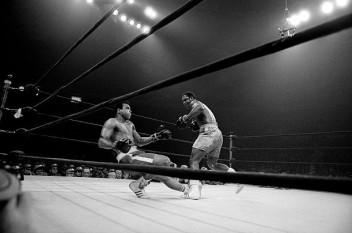 Joe Frazier, dreapta, il trimite pe Cassius Clay la podea foto: cersipamantromanesc.wordpress.com