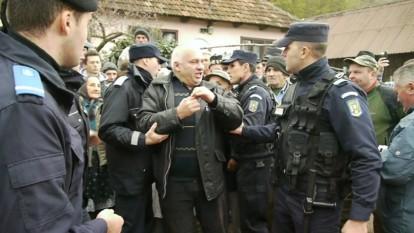Jurnalistul cotidianul.ro Marcel Bărbătei, reţinut abuziv de jandarmi la Nadăş - foto: cotidianul.ro