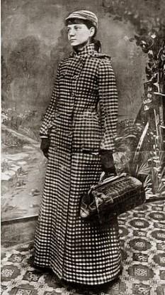 Nellie Bly (n. 5 mai 1864[1], Cochrans Mills, Pennsylvania, SUA – d. 27 ianuarie 1922, New York, New York, SUA) a fost pseudonimul jurnalistei americane Elizabeth Jane Cochran. Ea a rămas celebră pentru două realizări: un ocol al Pământului similar celui făcut în romanul lui Jules Verne de personajul Phileas Fogg, și un expozeu în care s-a prefăcut nebună pentru a studia din interior un ospiciu. Ea a fost și industriașă și a activat în organizații de caritate -  foto: ro.wikipedia.org