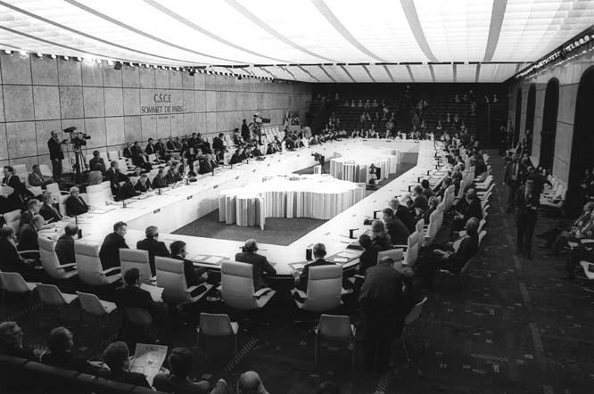 One of OSCE's fundamental documents, the Charter of Paris, was signed on 21 November 1990 at the Second CSCE Summit. (Ministry of Foreign Affairs of France/Frédéric de la Mure) - foto: osce.org