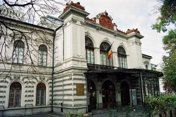 Palatul Suțu este un edificiu din București, situat în zona Universitate. La porunca postelnicului Costache Gr. Suțu, palatul a fost ridicat între anii 1833-1835, în stil neogotic, după planurile arhitecților vienezi Conrad Schwink și Johann Veit - foto: 100delocuri.ro