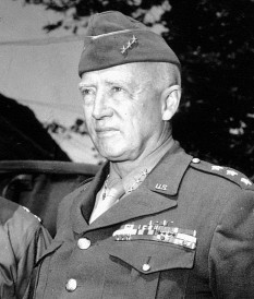 George Smith Patton, (n. 11 noiembrie 1885 – d. 21 decembrie 1945), general al armatei S.U.A. cel mai cunoscut pentru prestația sa în timpul celui de-Al Doilea Război Mondial, luând parte la campaniile militare din Africa de Nord, Sicilia, Franța și Germania între anii 1943 și 1945. A participat și la Primul Război Mondial, comandând tancurile nou introduse în armata SUA - foto: ro.wikipedia.org