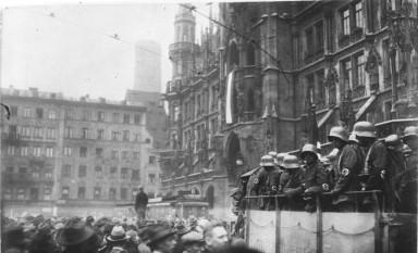 Puciul de la berărie (în germană numit Hitlerputsch sau Hitler-Ludendorff-Putsch) a fost o tentativă eșuată de lovitură de stat ce a avut loc între seara zilei de joi, 8 noiembrie, și după amiaza zilei de 9 noiembrie 1923, când liderul partidului nazist, Adolf Hitler, împreună cu generalul Erich Ludendorff, ambii veterani ai Primului Război Mondial, precum și alți lideri ai organizației Kampfbund au încercat să preia puterea politică în München, Bavaria și Germania -  foto: ro.wikipedia.org