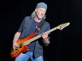 Roger David Glover (n. 30 noiembrie 1945 în Brecon, Țara Galilor), basist, claviaturist, compozitor și producător galez -  foto (Roger Glover în concert cu trupa Deep Purple, 2013): ro.wikipedia.org