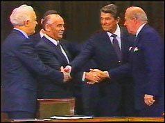 21 noiembrie 1985: Summit la varf  la  Geneva - foto (De la stânga: ministrul de externe sovietic Shevardnaze, Mihail Gorbaciov, Ronald Reagan, SUA Sec de stat Sculz): cersipamantromanesc.wordpress.com