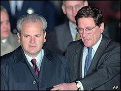 Preşedintele sârb Slobodan Milosevic (stânga) şi negociatorul american Richard Holbrooke (BBC) - foto: cersipamantromanesc.wordpress.com