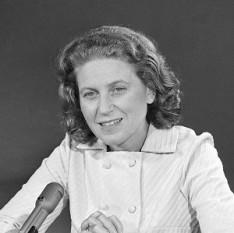Svetlana Allilueva (n. 28 februarie 1926 – d. 22 noiembrie 2011), cunoscută și ca Svetlana Iosifovna Stalina, scriitoare, al treilea copil și singura fiică a lui Stalin. Allilueva a cauzat un scandal internațional în 1967 prin refugierea sa în SUA - foto: dekerivers.wordpress.com
