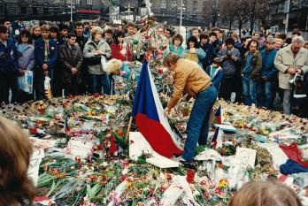 24 noiembrie 1989: Revoluția de catifea a fost mișcarea pacifistă prin care partidul comunist din Cehoslovacia a pierdut monopolul puterii și a revenit la democrație - foto (Václav Havel si protestatari pașnici în Praga): ro.wikipedia.org