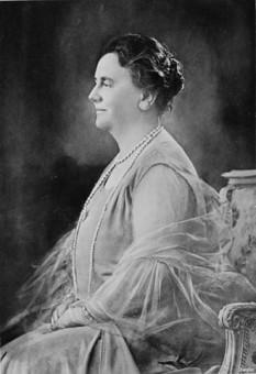 Wilhelmina (Wilhelmina Helena Pauline Maria; 31 august 1880 – 28 noiembrie 1962), regina Olandei din 1890 până în 1948. A domnit timp de aproape 58 de ani, cea mai lungă domnie a unui monarh olandez - foto (Regina Wilhelmina a Olandei în 1942): ro.wikipedia.org
