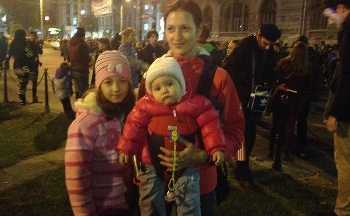 Alina vrea un viitor mai bun pentru copiii săi. Protest anti Sistem în Piaţa Universităţii, ziua a treia, 5 noiembrie 2015. (Epoch Times)