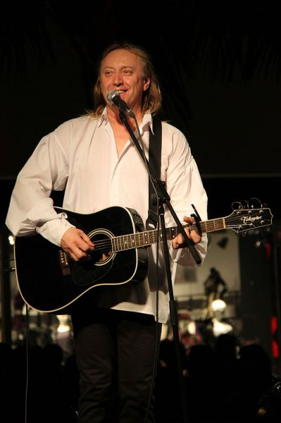 Ștefan Hrușcă (n. 8 decembrie 1957, Ieud, Maramureș) este un interpret român din Maramureș de muzică folk, cunoscut publicului din România mai ales prin colindele pe care le interpretează. A debutat ca artist în anul 1981 cu Cenaclul Flacăra, până în 1984 a susținut peste 1000 de spetacole împreună cu cenaclul. Începând cu anul 1991 s-a stabilit în Toronto, Canada - in imagine, Ștefan Hrușcă într-un concert la Cluj-Napoca în decembrie 2009