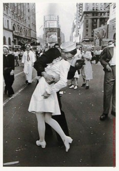 "Alfred Eisenstaedt: ""The Kiss"", New York 1945  foto: cersipamantromanesc.wordpress.com"