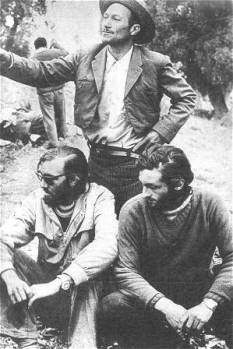 23 decembrie 1972: doi dintre supraviețuitorii dezastrului zborului Andes (stând)  și un arriero chilian care i-a ajutat - foto: ro.wikipedia.org