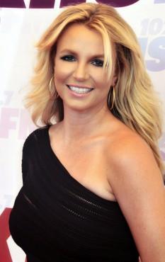 Britney Jean Spears (n. 2 decembrie 1981), cântăreață de origine americană câștigătoare a premiului Grammy, și a 2 premii Emmy, dansatoare, compozitoare, ocazional actriță, producătoare și scriitoare  foto - Britney Spears (Mai 2013):  ro.wikipedia.org